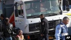 Des policiers enquêtent sur l'attaque à Jérusalem, le 8 janvier 2017.