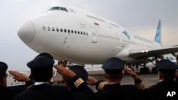 Para pilot Garuda Indonesia memberi hormat pada acara perpisahan pengoperasian pesawat Boeing 747 terakhir di Bandara Soekarno-Hatta, 9 Oktober 2017. (Foto: Dita Alangkara/ AP)