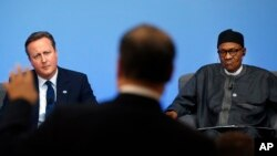 PM Inggris David Cameron dan Presiden Nigeria Muhammadu Buhari menyimak diskusi panel KTT Anti-Korupsi di London. (AP/Frank Augstein, Pool)