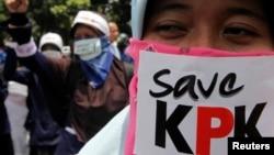 Para mahasiswa berunjuk rasa mendukung KPK, 3 November 2009. (Foto: Reuters)