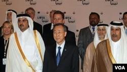 Sekjen PBB Ban Ki-Moon bersama Putra Mahkota Qatar Sheikh Tamim bin Hamad al-Thani dan delegasi lain menghadiri pertemuan internasional untuk Libya di Doha, Qatar (13/4).