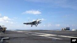 FA-18战斗机降落在斯坦尼斯航空母舰(资料图片)