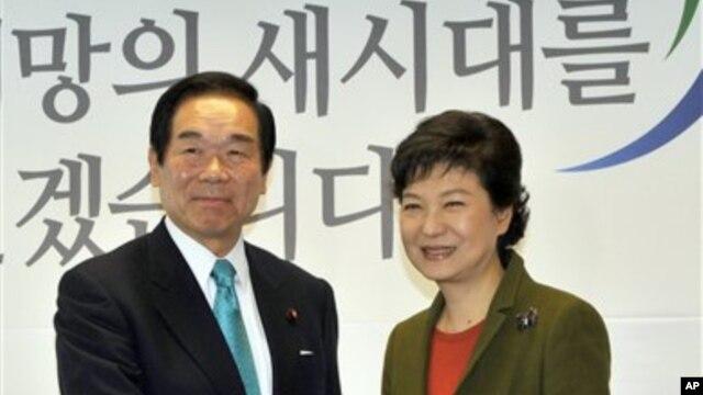 Presiden terpilih Korea Selatan Park Geun-hye (kanan), berjabat tangan dengan Fukushiro Nukaga, utusan khusus PM Jepang Shinzo Abe, mantan menkeu Fukushiro Nukaga di Seoul, 4 Januari 2013. (AP Photo/Jung Yeon-je, Pool)