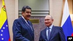 Rusiya prezidenti Vladimir Putin və Venesuela prezidenti Nikolas Maduro Moskavaın kənarında Novo-Oqaryovoda görüş zamanı bir-birinin əlini sıxır. 5 dekabr, 2018-ci il.
