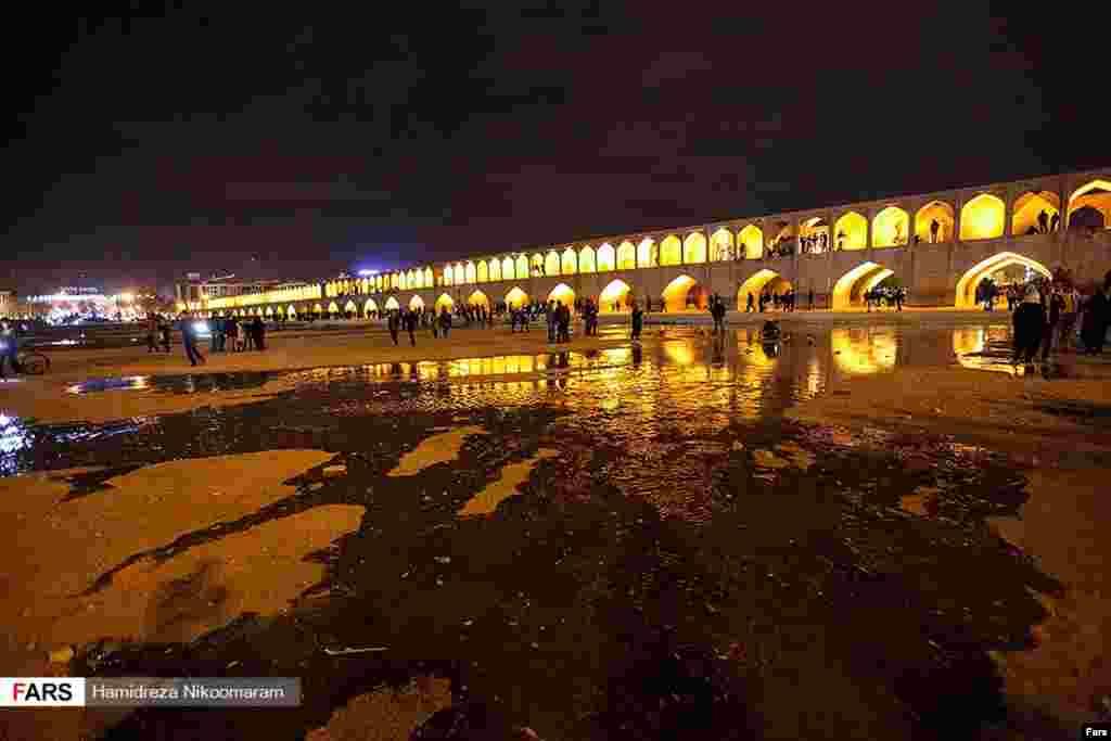 جان گرفتن زاینده رود عکس: حمیدرضا نیکومرام