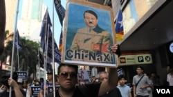 獨派遊行人士高舉諷刺中國國家主席習近平的畫像。(美國之音特約記者 湯惠芸拍攝 )