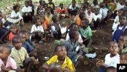 Des élèves assis à même le sol à Congo-Brazzaville