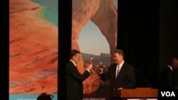 美国在台协会代理处长郦英杰(左)和台湾外交部次长高振群(美国之音杨明拍摄)