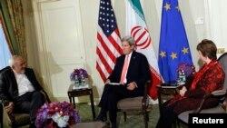 Menlu AS John Kerry (tengah), Utusan Uni Eropa Catherine Ashton (kanan) dan Menlu Iran Mohammad Javad Zarif dalam pertemuan di New York (25/9).