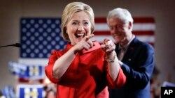 Bà Hillary Clinton chào mừng các ủng hộ viên cùng với phu quân, cựu Tổng thống Bill Clinton, tại Las Vegas, hôm 20/2.
