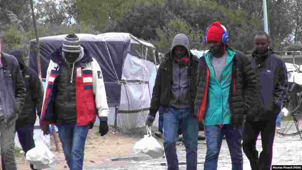 Wasu yan kasar Sudan ne a cikin sansanin yan gudun hijira wannan yana a wajen birnin Calais dake arewacin birnin Faransa. (Nicolas Pinault/VOA).