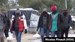 "Des migrants soudanais dans la ""jungle"" de Calais, France, Octobre 2015 (Nicolas Pinault/VOA)"
