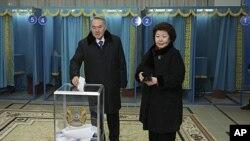 سلطان نظر بایوف رئیس جمهور قزاقستان همراه با خانمش که جهت رای دهی آمده اند.