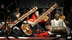 عکس آرشیف 2013 - شاگردان انستیتوت ملی موسیقی افغانستان در کابل