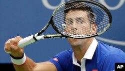 """Novak Djokovic mencatat kemenangan ke-650 sepanjang karirnya dan melaju ke semifinal """"Paris Masters"""" hari Jumat 6/11 (foto: dok)."""