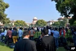 Kerumunan orang berkumpul di luar Mahkamah Agung di New Delhi, India, Sabtu, 9 November 2019 (Foto: AP)