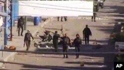 电视截屏图显示街道上持枪的叙利亚军人