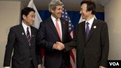 """ທ່ານ John Kerry ກ່າວວ່າ ສະຫະລັດ ຈີນ ຍີ່ປຸ່ນ ແລະ ເກົາຫລີໃຕ້ """"ເປັນນໍ້ານຶ່ງໃຈດຽວກັນ"""" ໃນການຢືນຢັດ ເກົາຫລີເໜືອລົບລ້າງອາວຸດນິວເຄລຍ."""