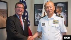 Pejabat Angkatan Laut China, Laksamana Wu Shengli (kanan) saat bertemu Menhan AS Ashton Carter di Pentagon (foto: dok).