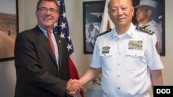 中国海军司令员吴胜利和美国国防部副部长卡特在美国五角大楼会晤后握手(2013年9月11日)