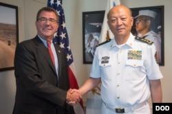 中国海军司令员吴胜利2013年访美。图为吴胜利(右)与时任美国国防部副部长的卡特在美国五角大楼会晤后握手(资料照)
