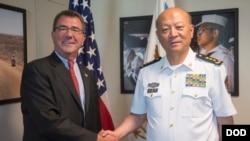 中国海军司令员吴胜利(右)和美国国防部副部长卡特在美国五角大楼会晤后握手(2013年9月11日)