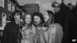 Foto tomada el 6 de octubre de 1967 en la que aparece Scott McKenzie (centro) junto a los Papas y los Mamas en Londres. Son ellos Denny Dhoherty, Michele Gillian, McKenzie, Cass Elliot y John Philips.
