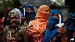 印度一群以婦女為主的示威者在北方邦最高民選官員辦公室外面集會抗議,要求結束針對婦女的暴力。