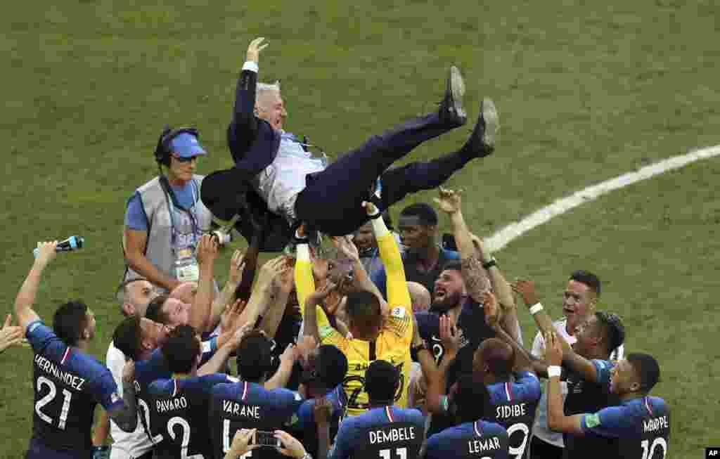 កីឡាករបារាំងបោះលោក Didier Deschamps ដែលជាគ្រូបង្វឹករបស់ពួកគេទៅលើ ដើម្បីសាទរនូវជ័យជម្នះរបស់ពួកគេ នៅពេលបញ្ចប់ការប្រកួតវគ្គផ្តាច់ព្រ័ត្ររវាងបារាំង និងក្រូអាស៊ី សម្រាប់ពានរង្វាន់ World Cup ២០១៨ នៅស្តាត Luzhniki នៅក្នុងក្រុងមូស្គូ ប្រទេសរុស្ស៊ី។ ប្រទេសបារាំងបានឈ្នះពានរង្វាន់ World Cup ជាលើកទី២របស់ខ្លួន ដោយបានយកឈ្នះក្រូអាស៊ី ជាមួយនឹងពិន្ទុ៤ទល់២។
