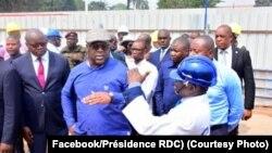 "Président Félix Tshisekedi azali kolanda ndimbola ya moko na ba ingénieurs bisika boko na ba gbagba ""sauts-de-moutons"" bizali kotongama na Kinshasa, le 17 juillet 2019. (facebook/ présidence RDC)"
