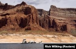 Sebuah tongkang membawa truk propana di Lake Powell dekat Page, Arizona, 27 Mei 2015. (Foto: REUTERS/Rick Wilking)