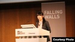 Mai Thi thuyết trình về ý tưởng của mình tại cuộc thi Falling Walls Lab.