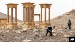 .سربازان سوریه با حمایت حملات هوایی روسیه پالمیرا را در ماه مارس پس گرفتند.