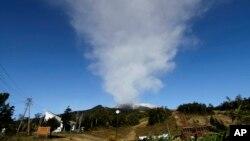 ຄວັນຂີ້ເຖົ່າ ທີ່ກະຈາຍຢູ່ເທິງ ພູໄຟ Ontake ໃນຂະນະທີ່ຍັງສືບຕໍ່ ລະເບີດຢູ່ ທີ່ໝູ່ບ້ານ Otaki ໃນເທດສະບານນະຄອນ Nagano ປະເທດຍີ່ປຸ່ນເມື່ອວັນຈັນ ທີ 29 ກັນຍາ 2014.