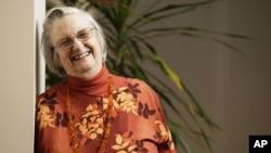 Elinor Ostrom, nació el 7 de agosto de 1933, en Los Ángeles, y ganó el Premio Nobel en Ciencias Económicas en el año 2009.