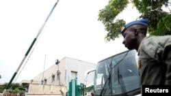 نوې خوشې شوې نجونې د نایجیریا د پلازمېنې ابوجه په نړۍ وال هوايي ډگر کې سرویس موټر ته خېژي؛ یکشنبه د مې اومه، ٢٠١٧ م کال.
