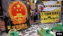 每年71大遊行沿線都有多個民主派政黨及民間團體設置街站,表達不同的訴求(美國之音湯惠芸)