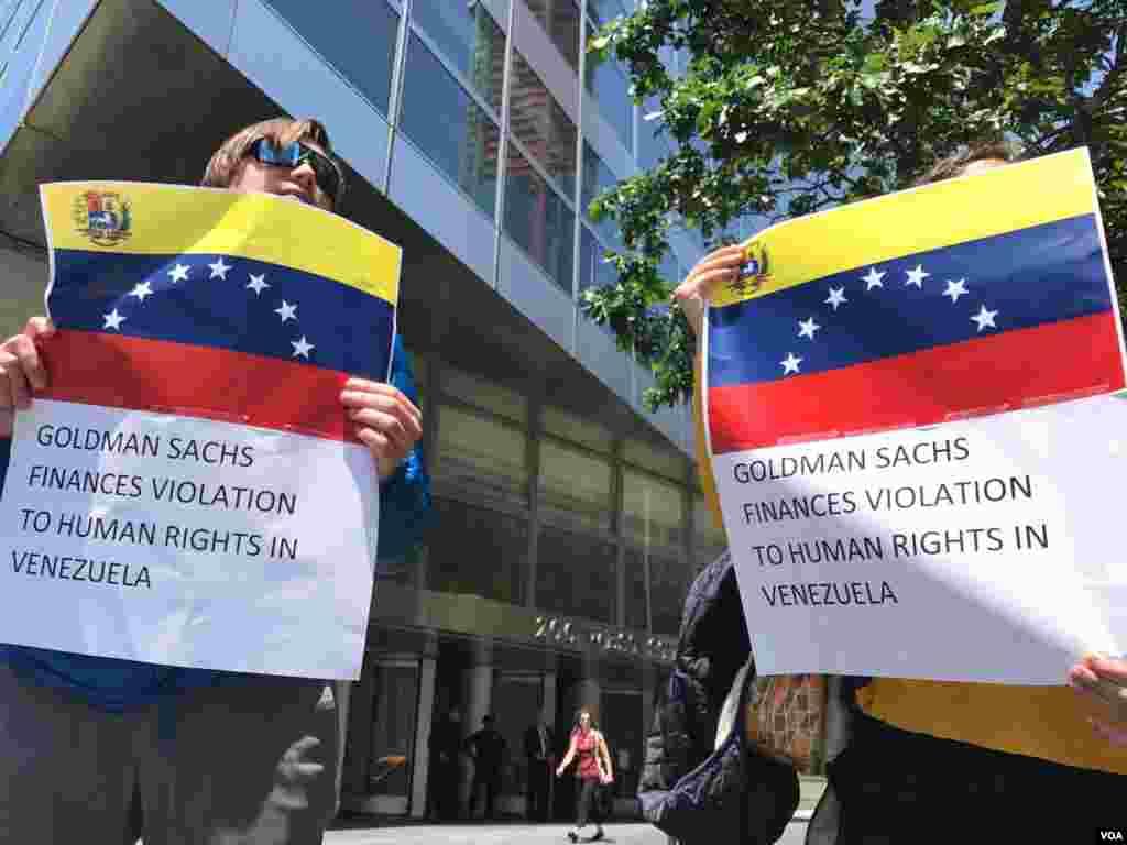 En Nueva York, manifestantes denuncian la decisión de la financiera Goldman Sachs de comprar bonos de la empresa estatal de petróleos venezolana, PDVSA. Foto: Celia Mendoza.