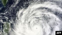 Satelit Terra milik NASA menampilkan gambar Topan Usagi yang bergerak mendekati wilayah Filipina dan selatan Taiwan (19/9).