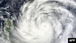 """美国航空航天局的卫星图片显示台风""""天兔""""正在接近菲律宾和台湾南部地区。"""
