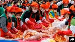 南韓首爾在11月6人舉行泡菜節,人們聚集起製作泡菜。