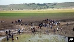 Warga setempat mengamati kerusakan di lokasi terjadinya ledakan di Sarikamis, Diyarbakir, Turki (13/5).