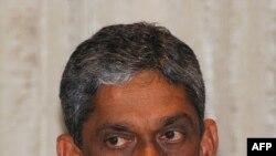 Cựu đại tướng Sarath Fonseka bị các binh sĩ vũ trang hùng hậu bắt đi trong khi đang họp với một số các nhà lãnh đạo cao cấp của phe đối lập