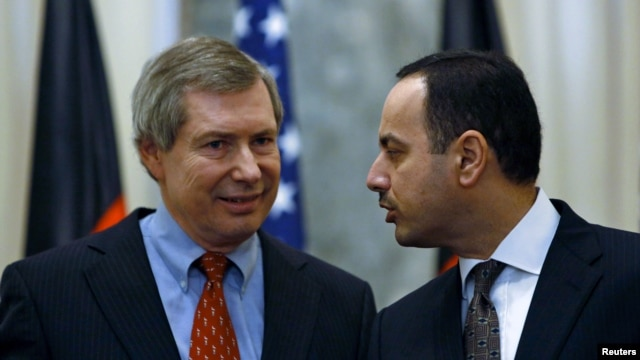 Eklil Hakimi (R), Afghanistan's ambassador to the United States, and James B. Warlick, deputy special representative for Afghanistan and Pakistan, attend a news conference in Kabul, November 15, 2012.