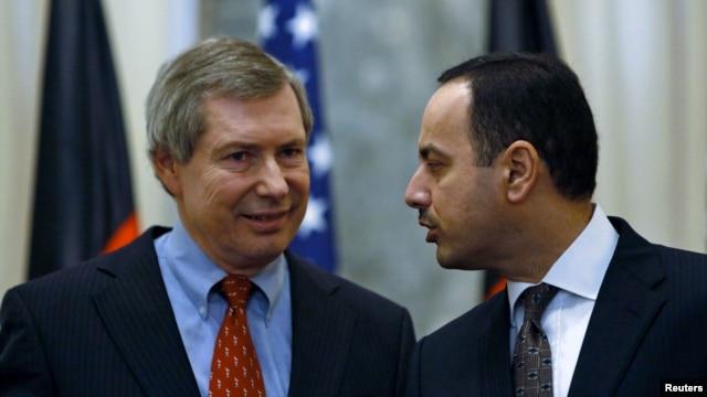 Deputi Utusan Khusus AS untuk Afghanistan James Warlick (kiri) dan Duta Besar Afghanistan di PBB Eklil Hakimi dalam konferensi pers di Kabul (15/11).