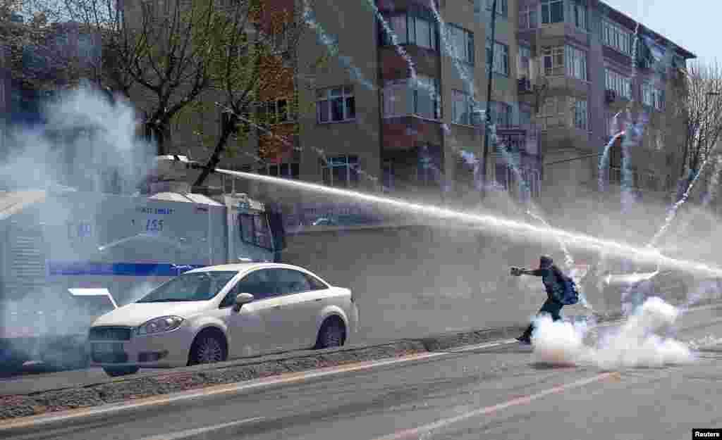 پس از آنکه فرماندار استانبول (ترکيه) برگزاری کنسرت توسط گروه موزيک چپگرای «گروپ يوروم» را ممنوع کرد، چپگرايان دست به اعتراضات گستردهای زده و با پليس درگير شدند. پلیس از گاز اشکآور و گلولههای آب علیه معترضان چپ استفاده کرد.