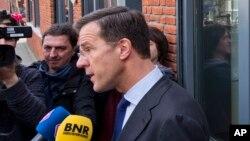 Perdana Menteri Belanda, Mark Ruttememberikan keterangan kepada media seusai pemungutan suara di Den Haag, Belanda (6/4).