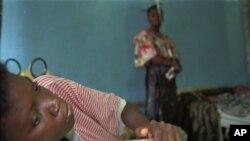 Une femme souffrant de diarrhée sanglante, des maux de tête et faisant une fièvre élevée -des signes classiques d'Ebola- attend à la salle d'urgence de l'Hôpital général de Kikwit, à 402 kms au sud-est de Kinshasa mercredi 17 mai 1995