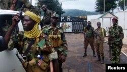 Combatentes da coligação rebelde centro-africana Seleka na chegada a capital Bangui, Mar 2013.