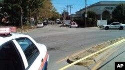 La policía rodea el lugar cerca de Garden City donde un hombre armado baleó a dos personas.